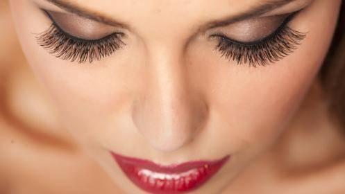 Σωστή στάση κεφαλιού για να βάλετε σωστά τις Ψεύτικες Βλεφαρίδες - LadiesWorld.gr